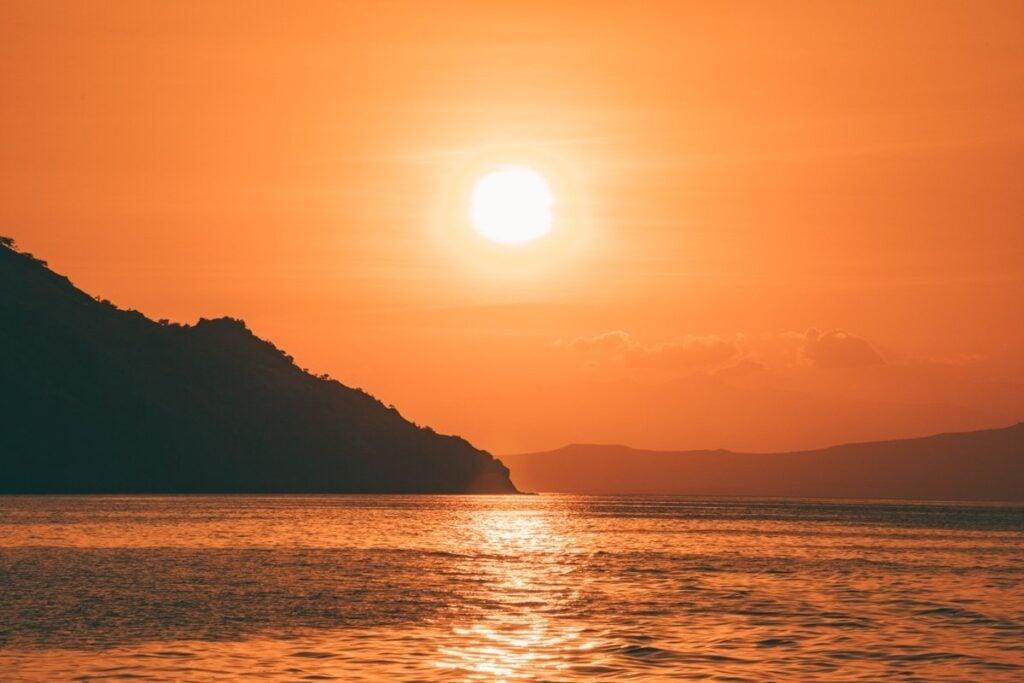 SUNSET ON THE WANUA ADVENTURES KOMODO BOAT FROM LOMBOK