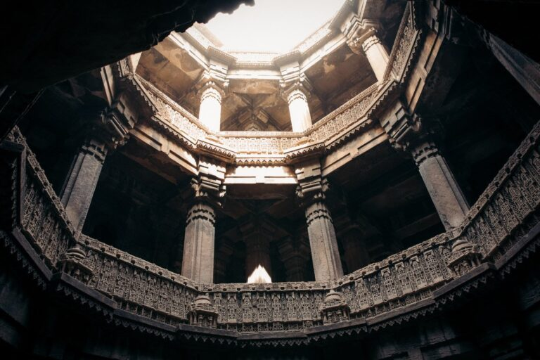 LOOKING UP AT THE ROOF OF THE BAI HARIR VAV