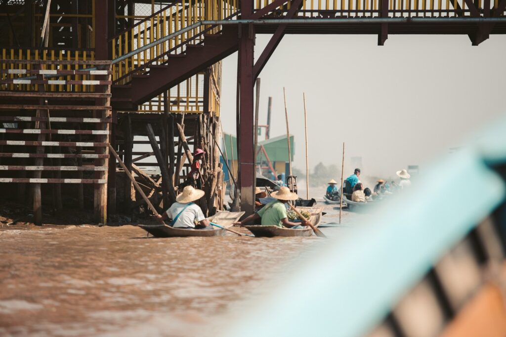 FLOATING BOAT MARKETS AT INLE LAKE, MYANMAR