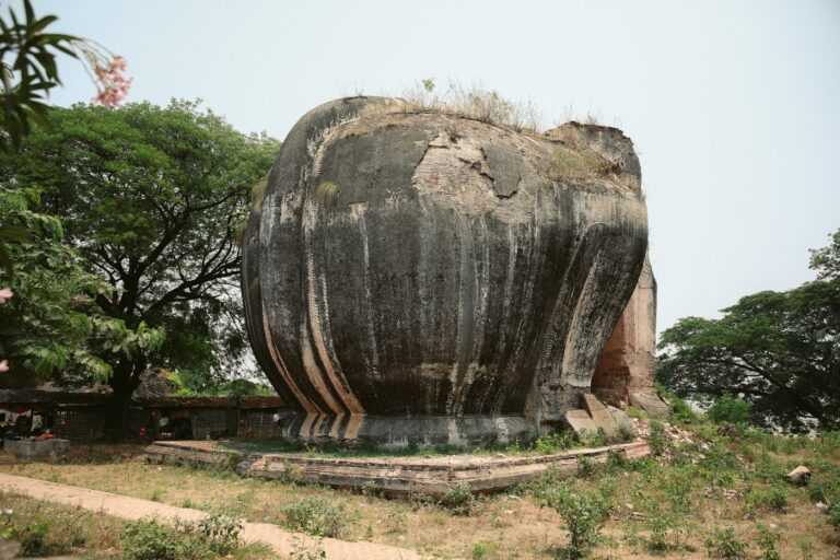 LIONS OF STONE CHINTHE RUIN IN MINGUN, MYANMAR, THINGS TO DO IN MINGUN