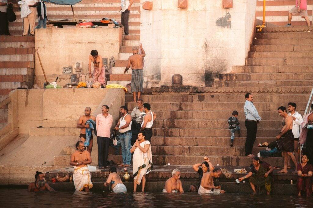 BATHING IN THE VARANASI GHATS